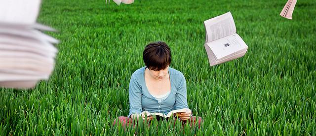 Czytanie na trawie